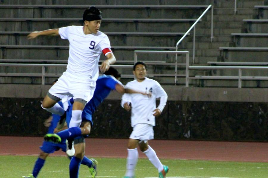 Boys soccer shuts out Sabers, stay in first