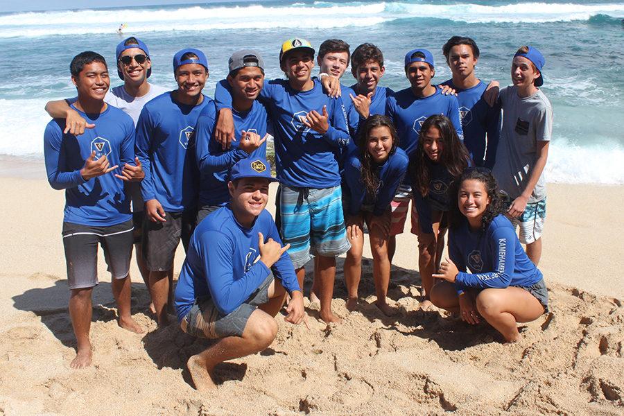 The+surf+team+takes+a+quick+end-of-the-season+group+photo+at+Ho%CA%BBokipa+Beach+Park+at+the+MIL+championships+April+22.