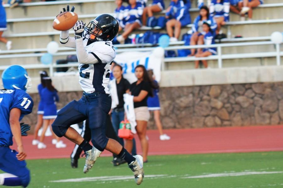 Covy+Cremer+jumps+to+receive+a+26-yard+pass+in+the+junior+varsity+game+against+Maui+High+on+Saturday%2C+Sept.+14+at+Kana%CA%BBiaupuni+Stadium.+The+Sabers+won+3-6.