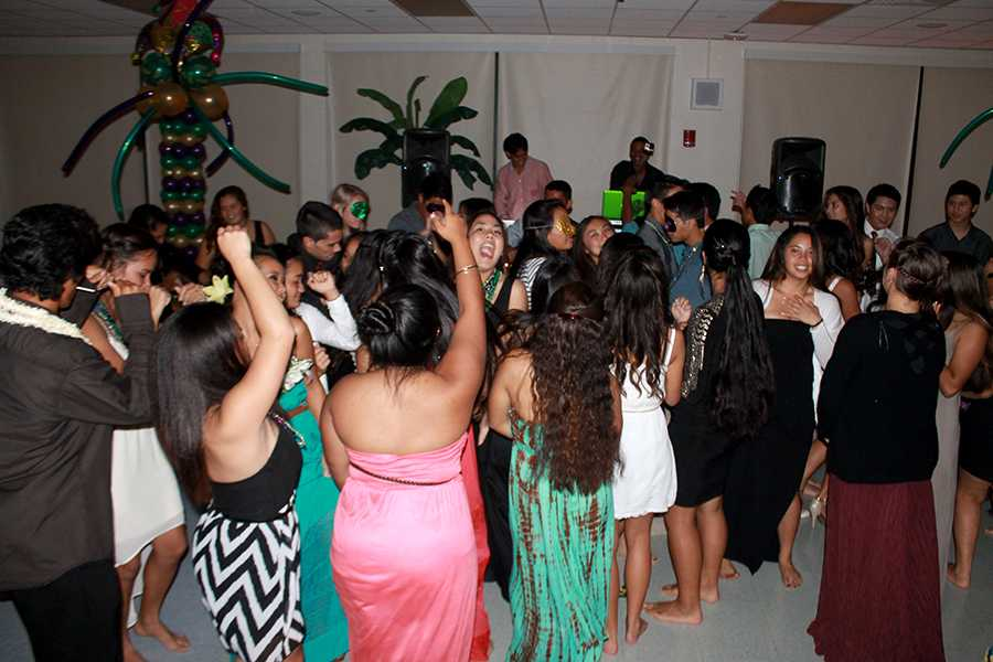 Students+enjoy+dancing+to+the+music+of+Vibe+Tribez+at+the+sophomore+banquet+in+Ke%CA%BBeaumokup%C4%81p%C4%81iaheahe+Dining+Hall%2C+Feb.+1%2C+2014.