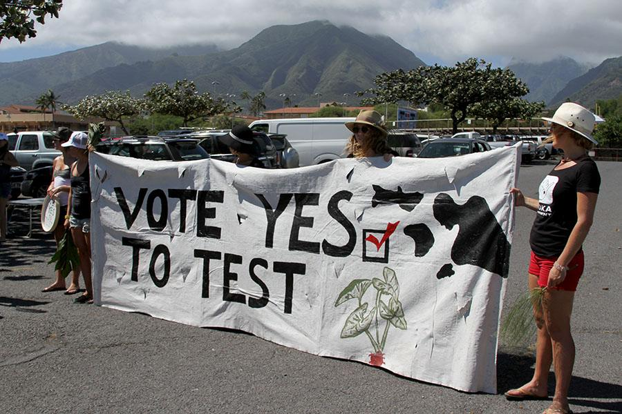 Maui+residents+made+signs+promoting+the+Maui+County+GMO+Initiative.