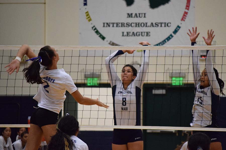 Kaira+Lee+Davis+%288%29+and+Caylee+Tuzon+%2815%29+jump+to+block+a+spike+from+a+Maui+High+Saber.
