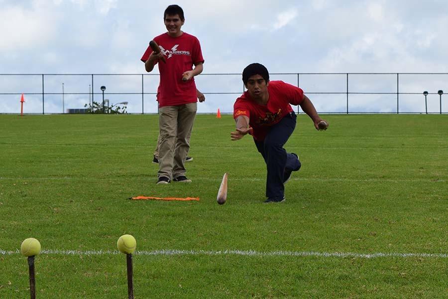 Senior+Sage+Kamaka-Presbitero+and+junior+Zach+Fasi+play+a+game+of+Moa+Pahe%CA%BBe.