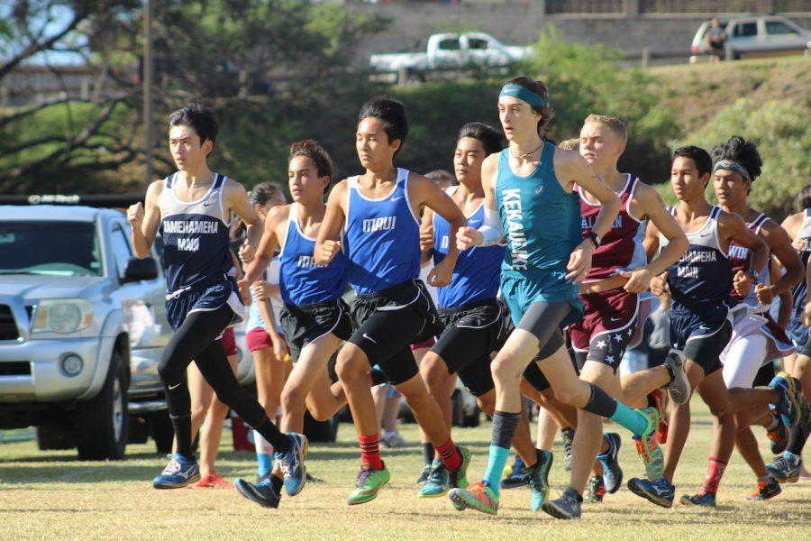 Senior+Andrew+Amaral+begins+the+3-mile+run+within+the+large+group+of+boys.