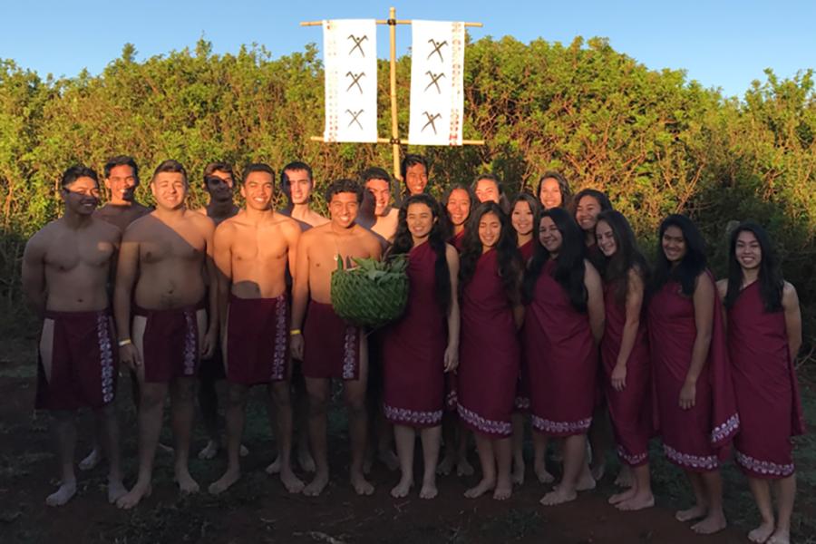 Ua hōʻea mai nā haumāna ʻŌlelo Hawaiʻi a Hoʻokele i Nāʻiwa i nā lole kahiko no ka hana hoʻohanohano iā Lonoikamakahiki.